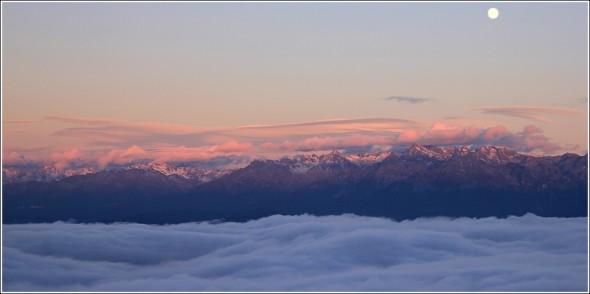 Mer de nuages, lenticulaires, coucher de soleil et lever de lune - Belledonne - 10 octobre 2011