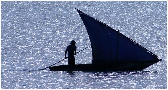 Pêcheur sur la côte de Zanzibar ...