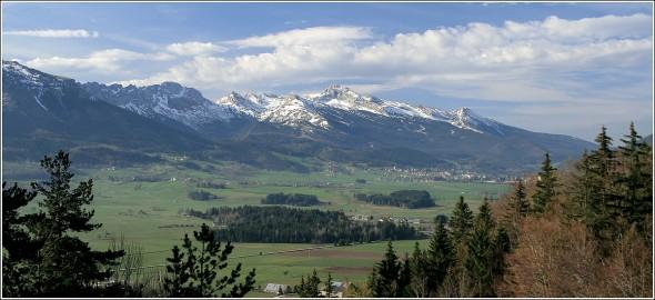 Le plateau, Villard de Lans et la Grande Moucherolle, depuis Lans en Vercors - 30 avril 2010Le plateau, Villard de Lans et la Grande Moucherolle, depuis Lans en Vercors - 30 avril 2010